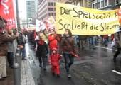 Demo 28. März: Der Attac-Block zieht vorbei